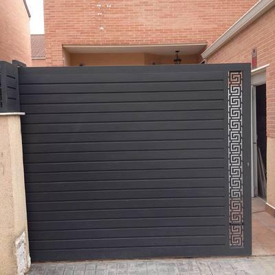 puerta con lamas y dibujo lateral cortado a láser