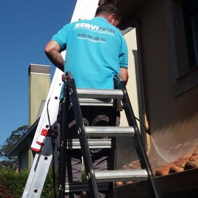 Limpieza de canalones y tejadillo en vivienda unifamiliar