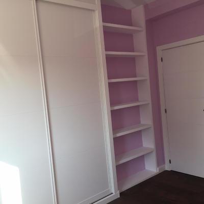 Estantería de escayola en dormitorio de vivienda