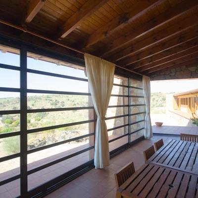 Porche cubierto de vivienda en la sierra de Madrid
