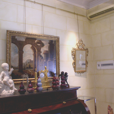 Imitación de piedra en tienda de antiguedades