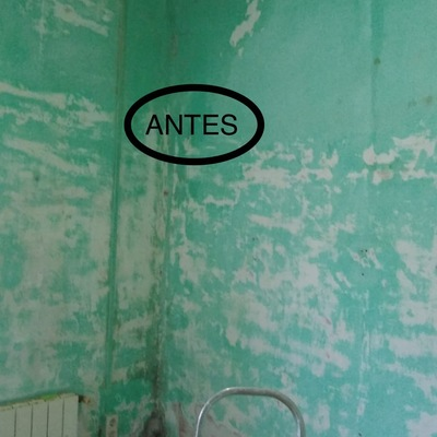 Habitación con humedades y pintura verde ya gastada