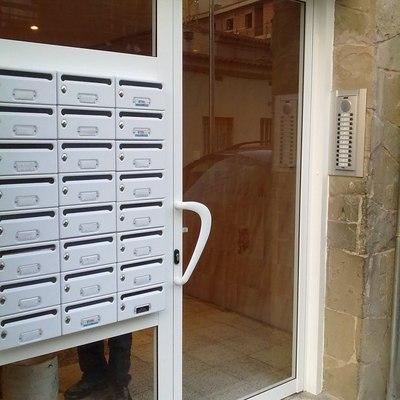 Montaje de buzones y cristal de puerta