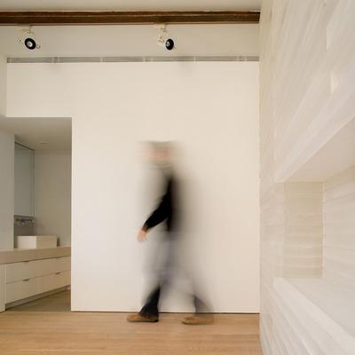 Dormitorio y acceso a baño en Loft de Madrid