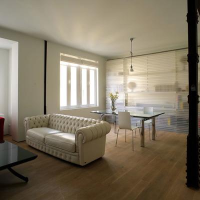 Loft con habitación traslúcida en calle Viriato, Madrid. Vista desde el salón amueblado