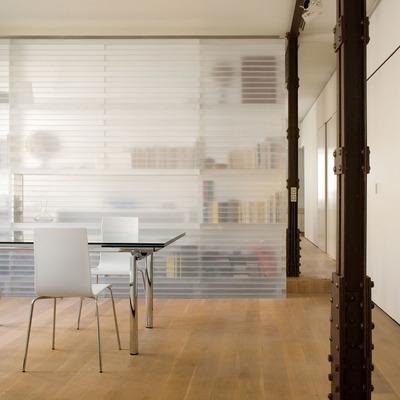 Estantería traslúcida conformando una habitación de lectura. Loft en Madrid