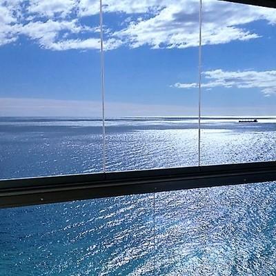 Instalación de cortina de cristal y barandilla panorámica en Fuengirola.