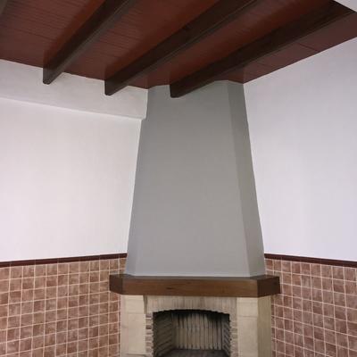 Chimenea gris y paredes blancas
