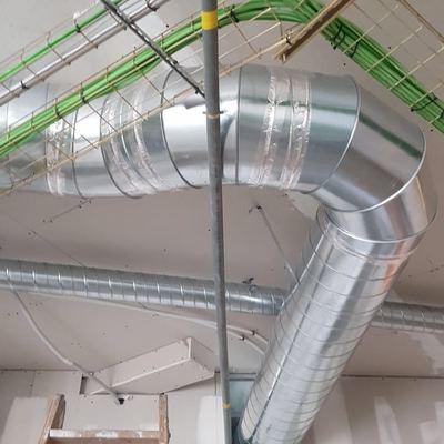 Instalación de tubo para salida de humos