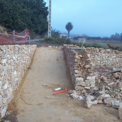 Paredes de Piedra seca en la zona de Picnic en Mora de Ebro Paredes de Piedra seca en la zona de Picnic en Mora de Ebro