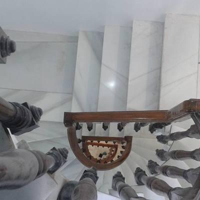 Escalera de subida a pisos superiores en hostal.
