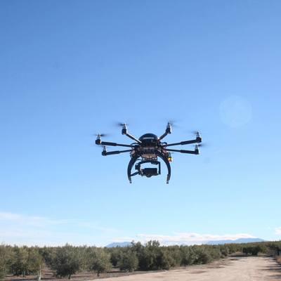Equipo drone en realizando un levantamiento
