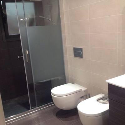 Reforma baño con sanitario suspendido.