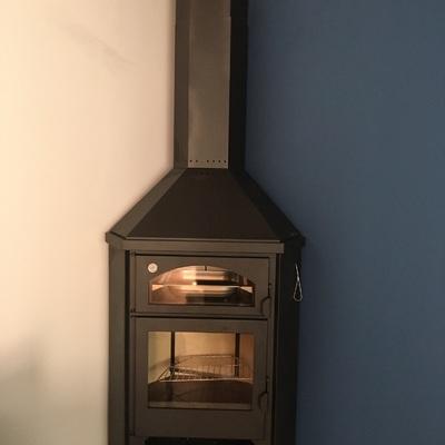 Chimenea metálica con horno en rincon