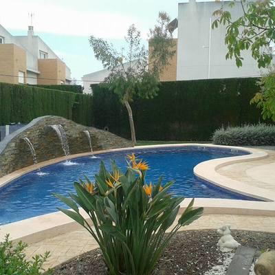 piscina gunitada con cascada de agua
