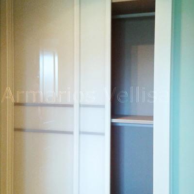 Armario con puertas de cristal y junquillos aluminio