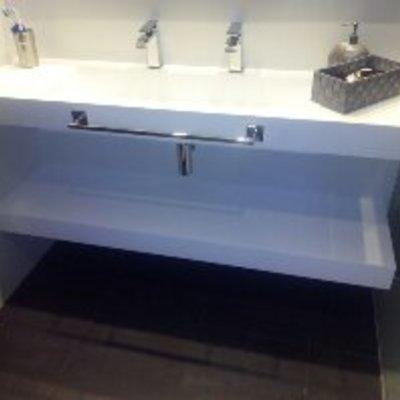 Estante bajo lavabo