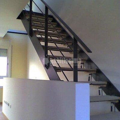 Escalera interior en piso