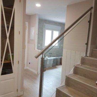 Armario y vidrio transparente en la escalera.