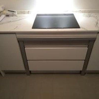 Mesa integrada en un mueble de cocina.