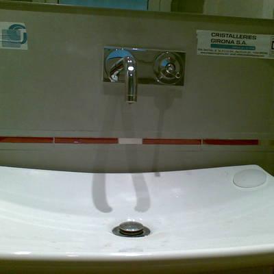 pica baño grifo empotrado pared