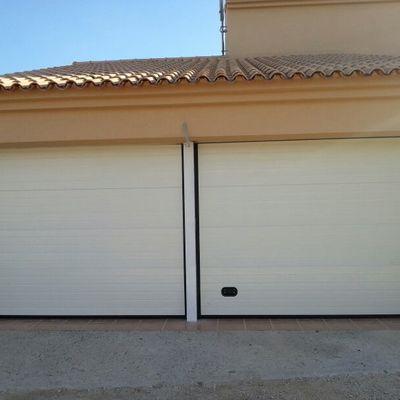 Puerta Seccional residencial blanca