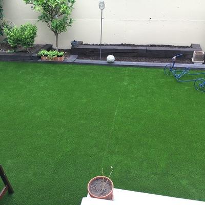Reforma de jardín con instalación de césped artificial