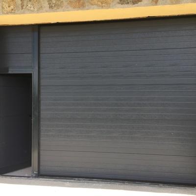 Puerta seccional acanalada con peatonal incorporada