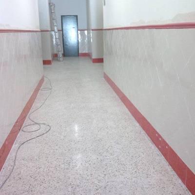 alicatados  en pasillo