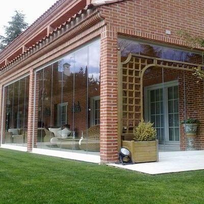 Terraza del restaurante con cortina de cristal