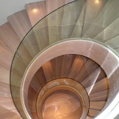 Escalera helecoidal con barandilla de vidrio templado