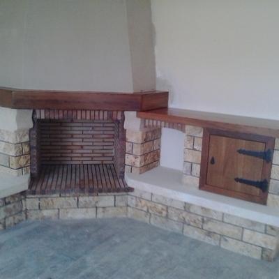 Chimenea rústica con mueble de madera