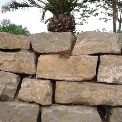 Escullera de piedra natural.
