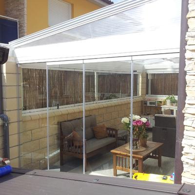 Porche de Aluminio con techo corredero, apertura 66% y cortina cristal