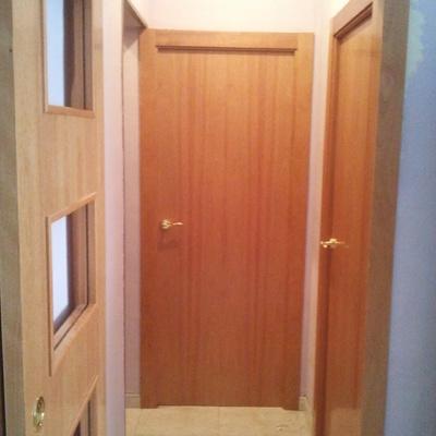 Montaje puertas en cedro barnizadas