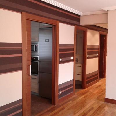 Acceso de salón a cocina y baños.