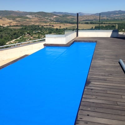 Calentamiento de piscina por medio de captadores solares y manta térmica
