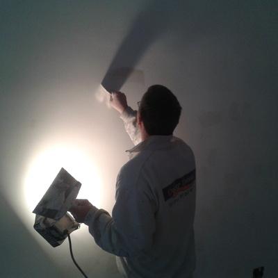 Alisado de paredes con lámpara