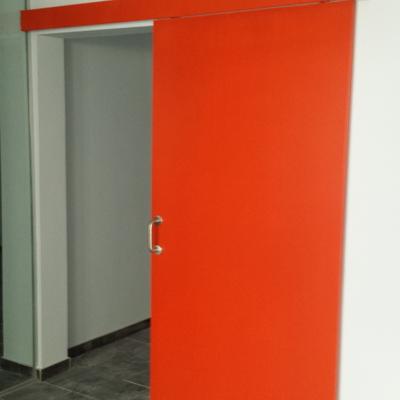 Esmalte rojo puerta.