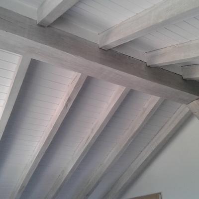 Techos madera blancos con bigetas gris claro