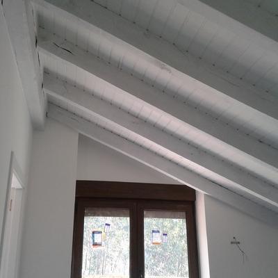 Habitación en blanco y techos con bigetas madera gris claro