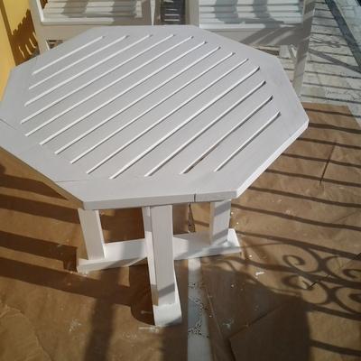 mesa lacada en blanco.