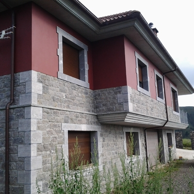 Pintura de una fachada en Sevares