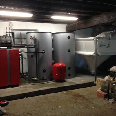 Instalación de caldera mixta (leña+pellets), con silo textil para pellets y producción de ACS para vivienda particular en Navarra