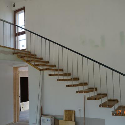Escalera de madera volada con barandilla metalica