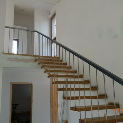 Escalera de madera volada