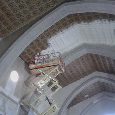 pintando techo de iglesia