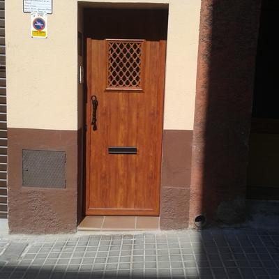 puerta principal a una vivienda y a un negocio