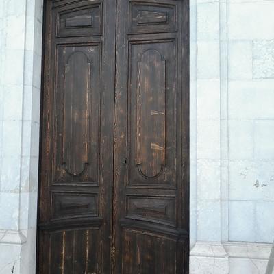Restauración y pintura en puertas.