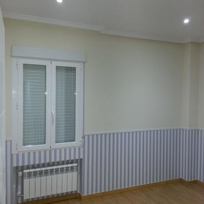 Enlucido de paredes y empapelado con papel pintado con zócalo  y pintura